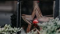 Hvězdy nevídáme o Vánocích jen na obloze, ale i za mnoha okny.