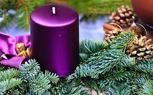 borové větvičky a svíčky