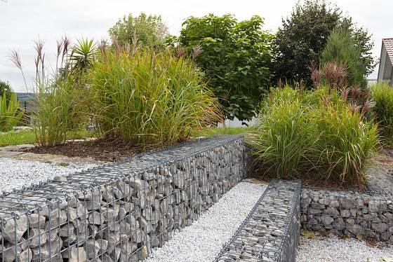 Nízké či vyšší zahradní zídky jsou díky gabionům ekologickým řešením.