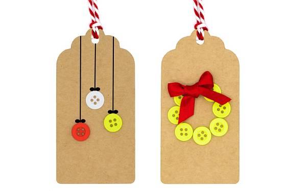 Vánoční jmenovky ozdobené knoflíky.