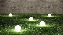 Perforované koule jsou osvětlením a uměleckým doplňkem zahrady v jednom