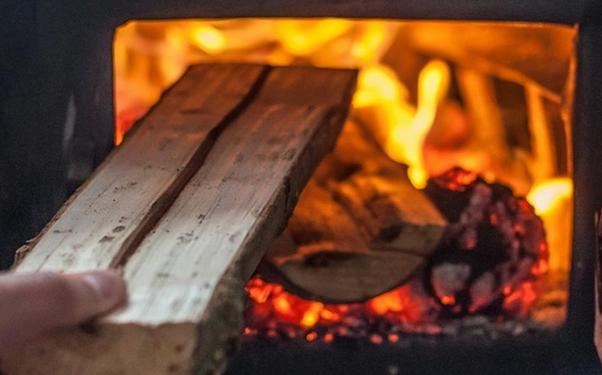 Moderní kotle na dřevo mají velkou násypnou šachtu i vysokou účinnost. Nemusíte tedy přikládat příliš často.