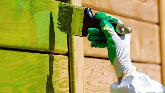Natírání dřevěné plochy štětcem.