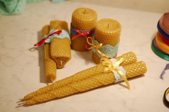 Svíčky z včelího vosku jsou skvělým dárkem.