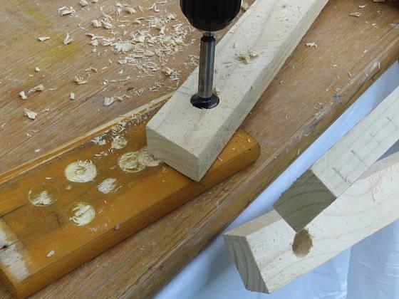 Výroba dřevěné trojnožky: Otvory jsou v dosahu šroubů