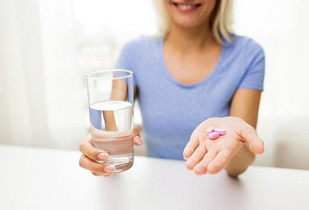 Neperlivá voda je při zapíjení léků sázkou na jistotu