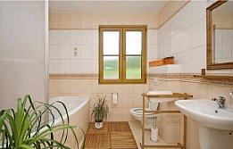 Vytápění je elektrické svyhřívanou podlahou vkoupelně, což je zvlášť po koupeli velmi příjemné.