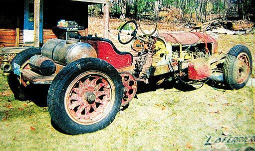 Restaurovaný autoveterán Mercedes Simplex s dřevěnými koly