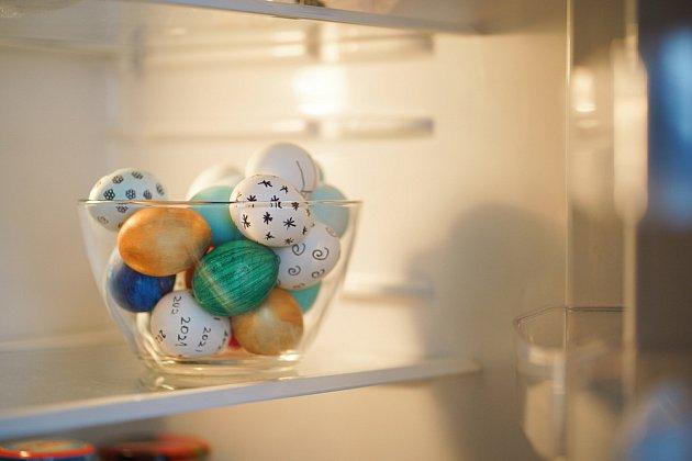 Vejce uvařené natvrdo by se mělo skladovat v lednici při teplotě 4,5 °C a nižší.