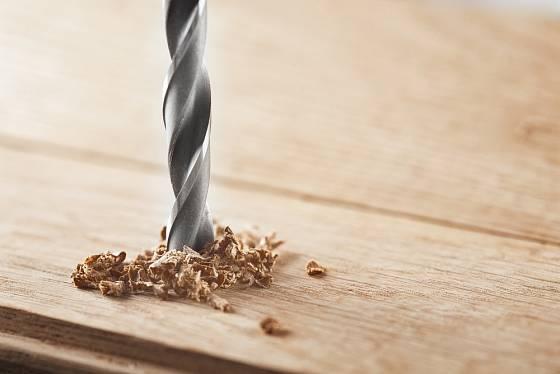 Vrtání dřeva, všimněte si provedení šroubovice.