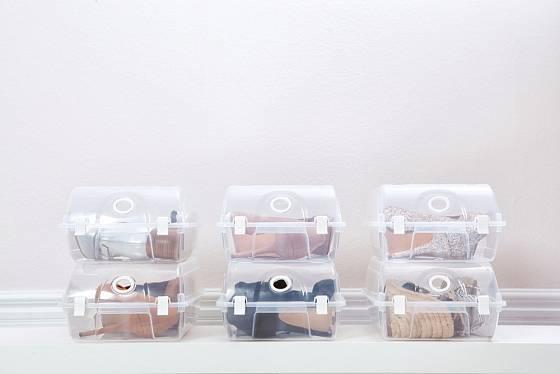 Plastové botníky složené z jednotlivých boxů.