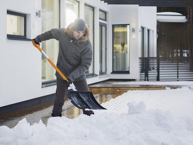 Lopata SnowXpert od firmy Fiskars je uzpůsobena na úklid sněhu