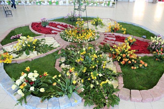 oučástí výstavy jsou i bohatá aranžmá z jarních květin.