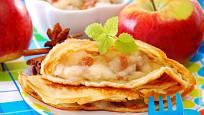 Jablkem můžete palačinky naplnit, nebo ho nastrouhat přímo do těsta