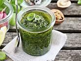 Pesto je skvělým způsobem skaldování bazalky - rozmixujete ji v olivovém oleji