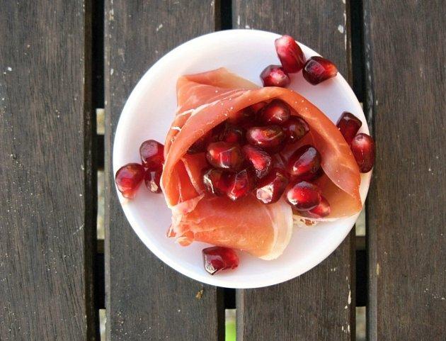 Šunkové kornoutky s granátovým jablkem