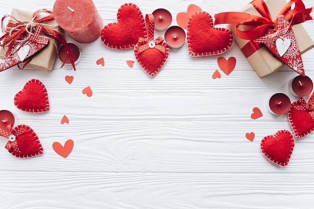 Valentýnská výzdoba obvykle sestává z  různě vytvořených  srdíček.