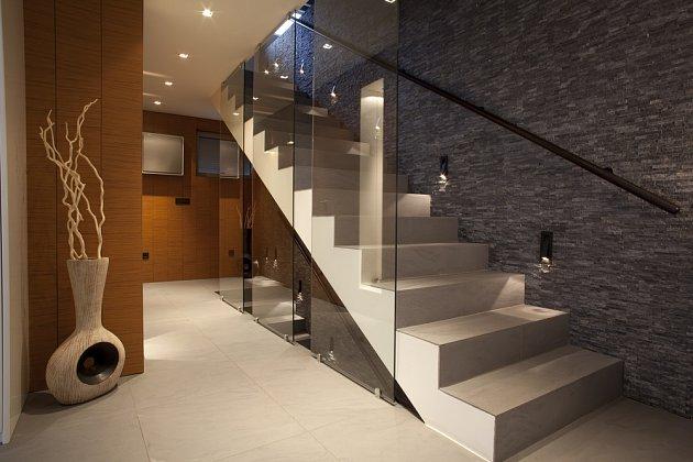 Světla vestavěná do schodišťových stupňů jsou více než praktická.