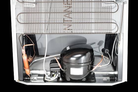 Pohled do nitra chladničky. Kompresor umožňuje chlazení potravin