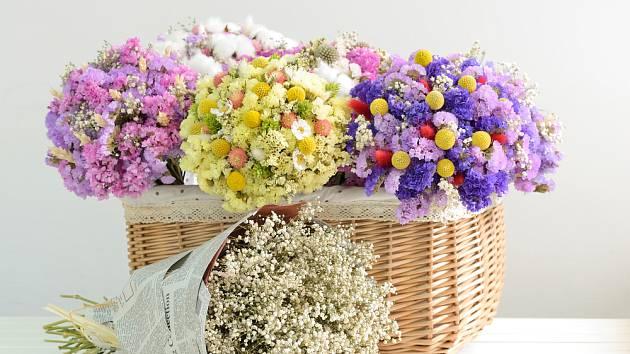 Košík s více druhy sušených květin.