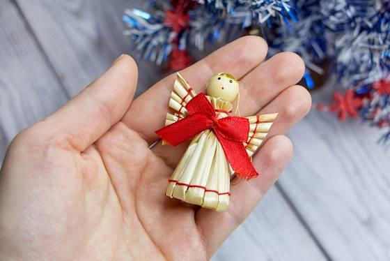 Anděl ze slámy jako vánoční ozdoba či milý dárek.