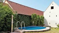 Bazén se solární sprchou působí na dvoře zcela přirozeně