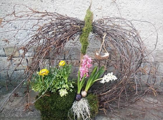 Jarní dekorace má připomínat splétané ptačí hnízdo.