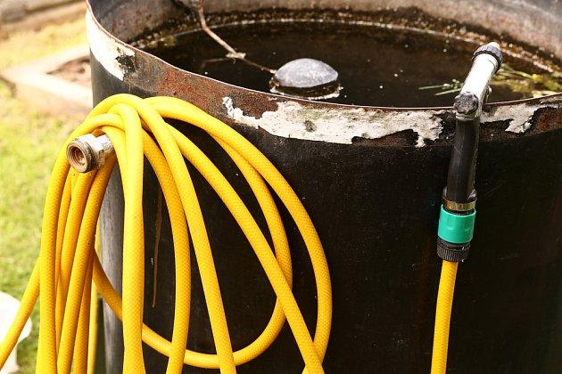 Zalévání zahradní hadicí provádějte jen s řádně odstátou vodou.