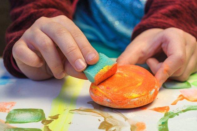 Nanášení barev na kamínky zvládne i dítě