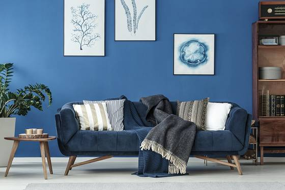 Modrá barva sluší i interiéru v retro stylu