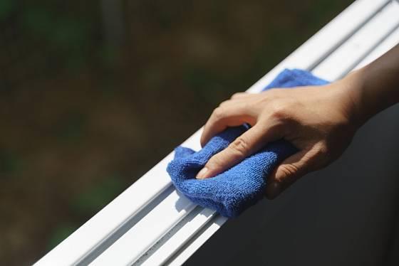 Při mytí okenních rámů se hodí utěrky z mikrovlákna (tzv. švédské utěrky).