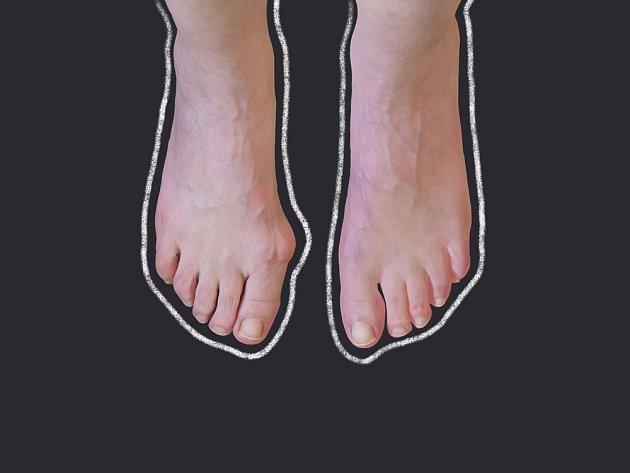 S výběrem obuvi pomůže zhotovení obrysu chodidla.