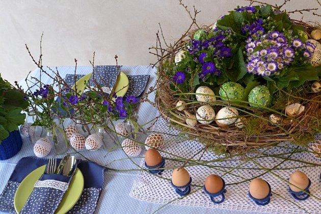 Cinerárie vévodí velikonočně vyzdobenému stolu.