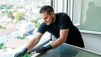 Některá okna musíme k dokonalému umytí rámů vyklopit.