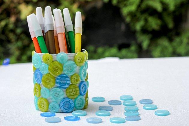 Plechovka polepená knoflíky - originální stojánek na tužky.