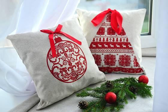 Pro různé příležitosti si můžeme pořídit vyšívané polštáře, například s vánočními motivy.