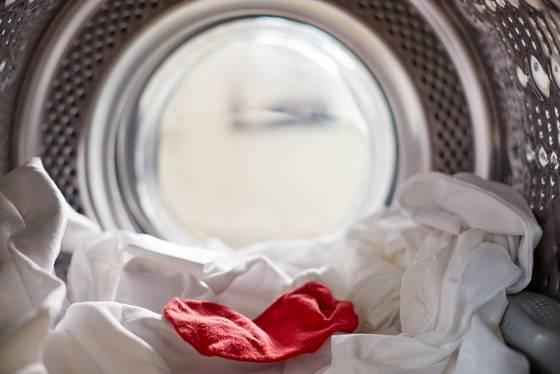 Červené prádlo často pouští barvu