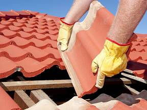 Opravu střechy bychom neměli odkládat.