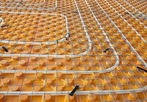 Hadice podlahového vytápění před zalitím betonem
