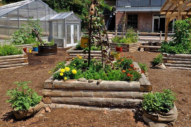 Rustikální zahradě bude slušet vyvýšený záhon ze dřeva.