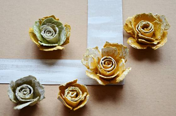 """Pokud se nám líbí lehká """"patina"""", můžeme rámeček i růže zlehka přetřít bílou akrylovou barvu"""
