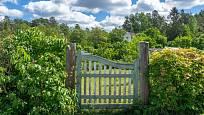 Kouzlo dávných časů navodí i živé ploty a dřevěné branky.
