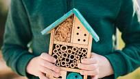 Konstrukce hmyzího hotelu bude jistě bavit i děti.