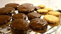 Išlské dortíčky - potírání čokoládovou polevou