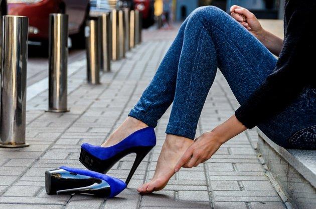 Kuří oka často vznikají kvůli nevhodně zvolené obuvi.