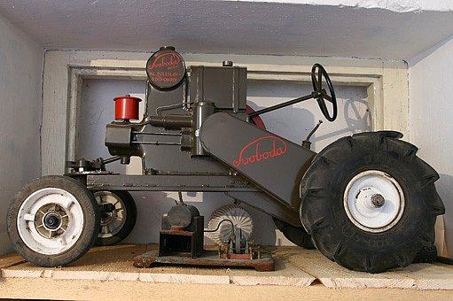 Jeden ze sběratelových modelů traktorů firmy Svoboda