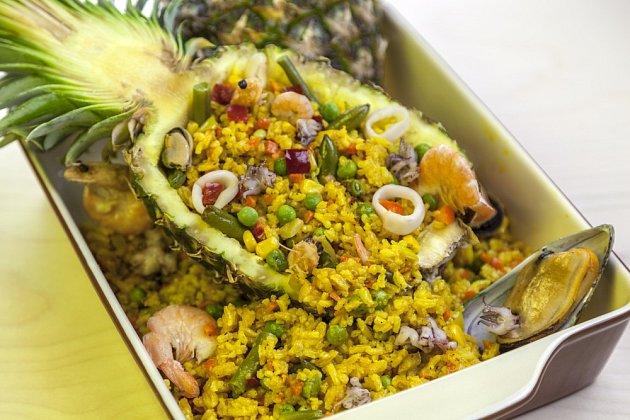 Thajský pokrm - rýže v ananasu s mořskými plody, upečená v troubě