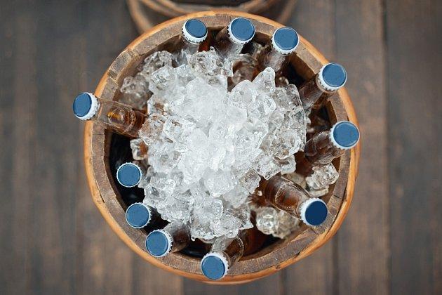 Mísu nebo kýbl napl%Nte vodou a ledem a přidejte sůl. Nápoj se zchladí během dvou minut