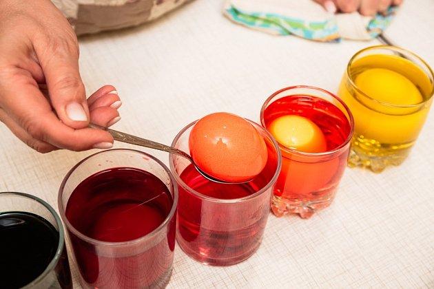 Aby se vajíčka dokonale obarvila, je nutné dodržet výrobcem doporučovanou teplotu barvící lázně.