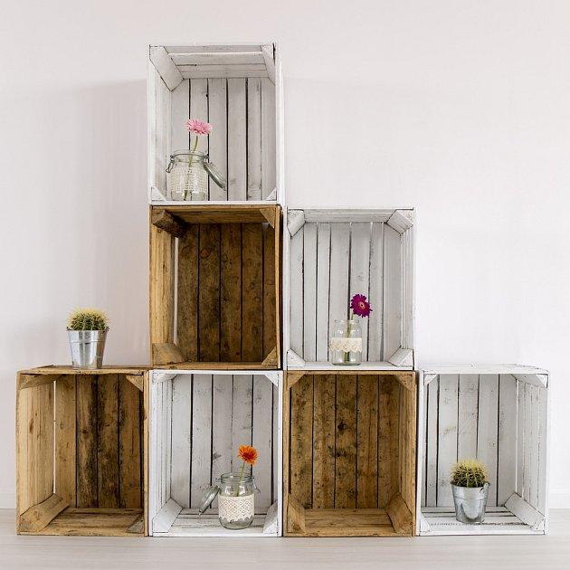 Z dřevěných bedýnek lze vytvořit celou úložnou stěnu.